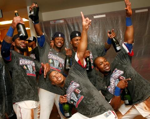 Los dominicanos felices por el gallardete.