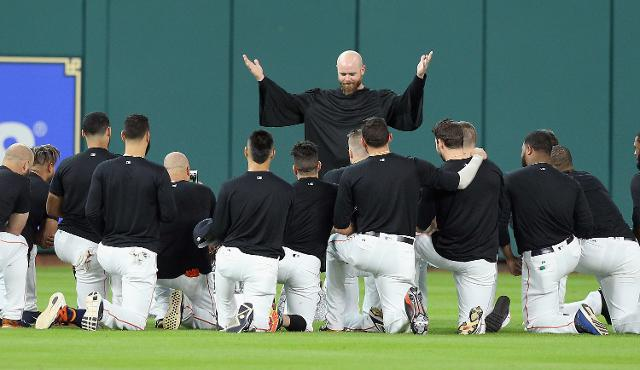 Astros hold 'funeral' for Carlos Beltran's outfield glove""