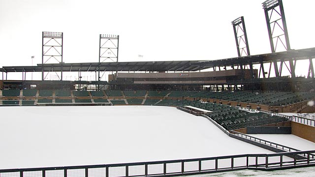 Snow forces D-backs across town for workout