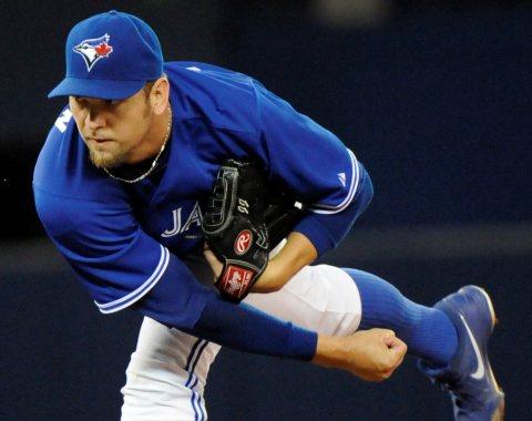 Azulejos: pitcher Josh Johnson fue operado del codo