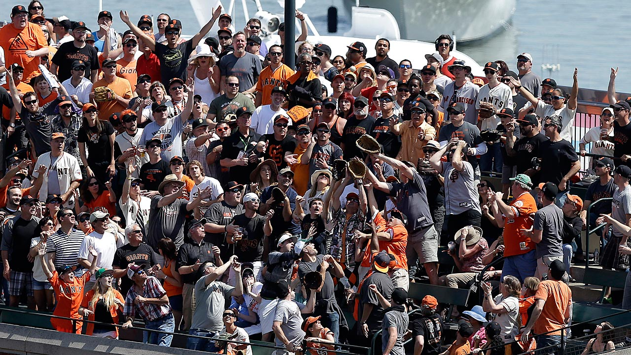 Giants set National League sellout record