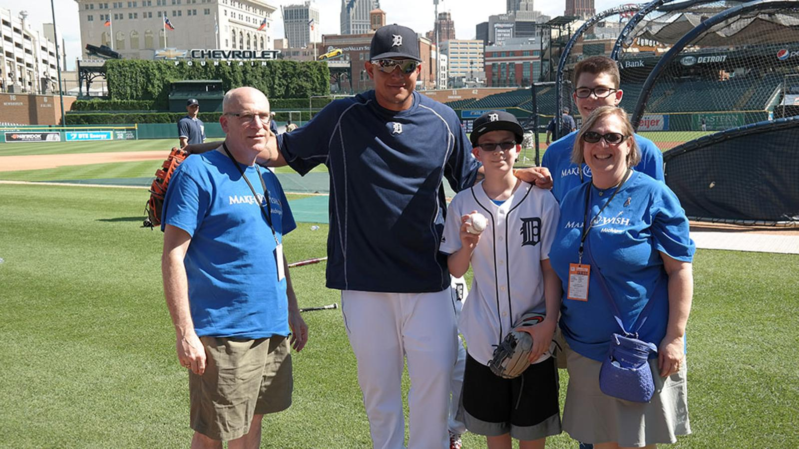 Miguel Cabrera plays catch with a young fan and makes a ...