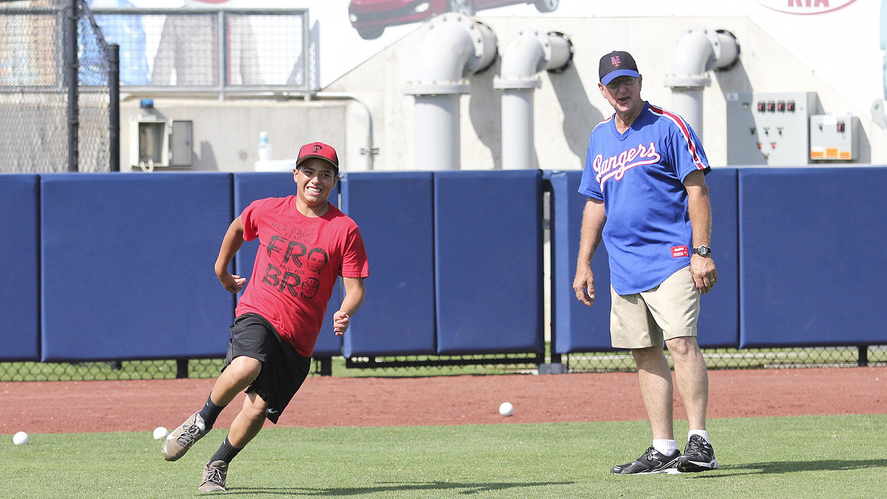 Former Major Leaguers teach at youth clinic