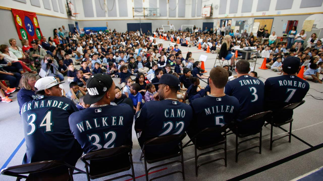 Players take time before game to visit local school