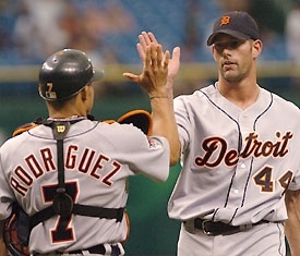 No, that's not trick photography. This picture of Pudge Rodriguez and Kyle Farnsworth was taken when both were with the Tigers in 2005.