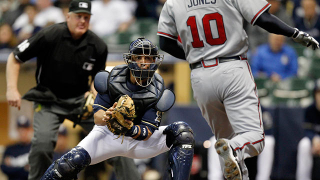 Brewers deal catcher Nieves to Braves