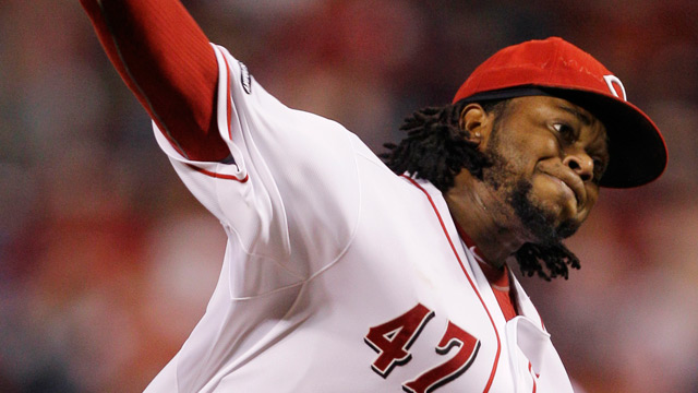 Cueto exits early vs. Cubs with injury