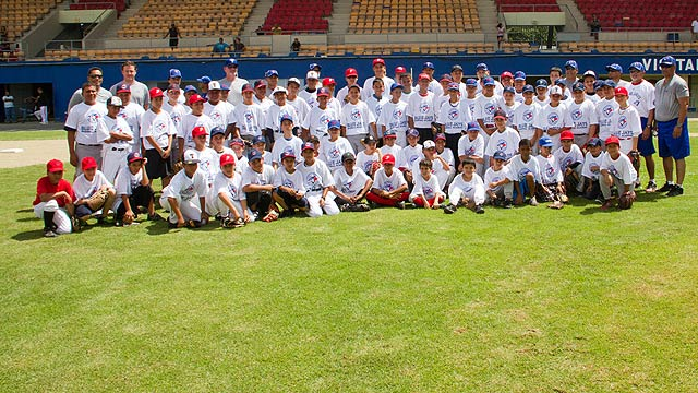 Alomar spreads love of baseball to Puerto Rico