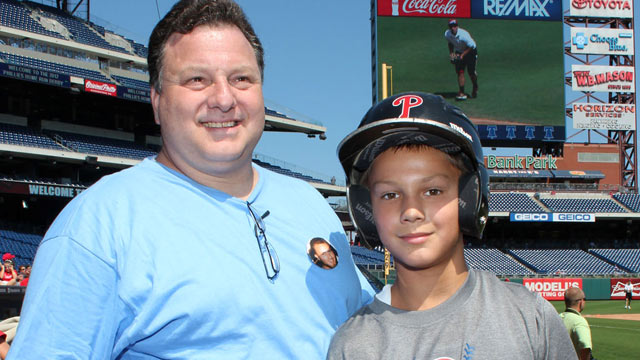 Young Phils fan honors late brother in homer derby