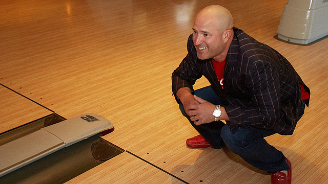 Acta, Indians mingle with fans at charity bowling event