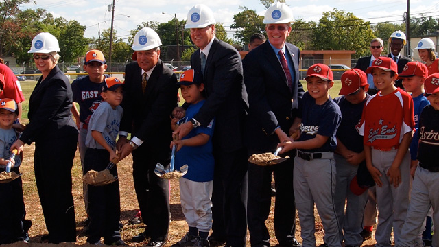 Astros pitch in with Community Leaders program