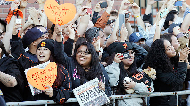 Droves of fans greet Giants upon AT&T Park arrival