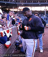 Barry Bonds spends some time with the fans.